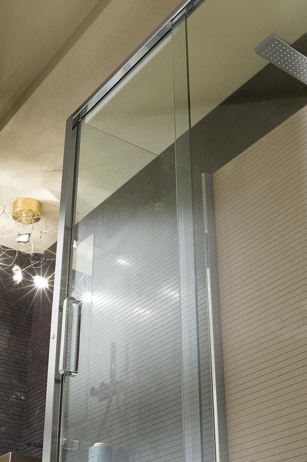 Parete doccia di cristallo con 2 lati fissi e porta scorrevole ...